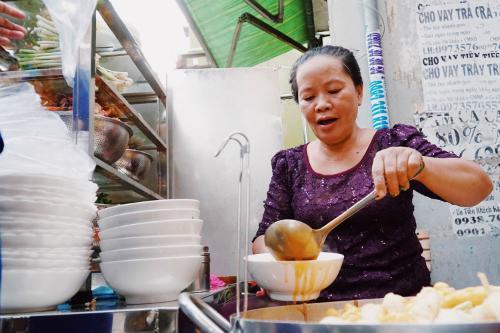 Bà Loan chế biến tô bánh canh theo yêu cầu của thực khách. Ảnh: Di Vỹ.