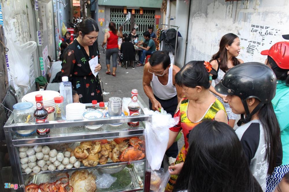 Từ lúc mở hàng, quán bánh canh cua nằm trong con hẻm nhỏ trên đường Phạm Văn Chí (quận 6) của vợ chồng bà Loan đã rất đông khách.