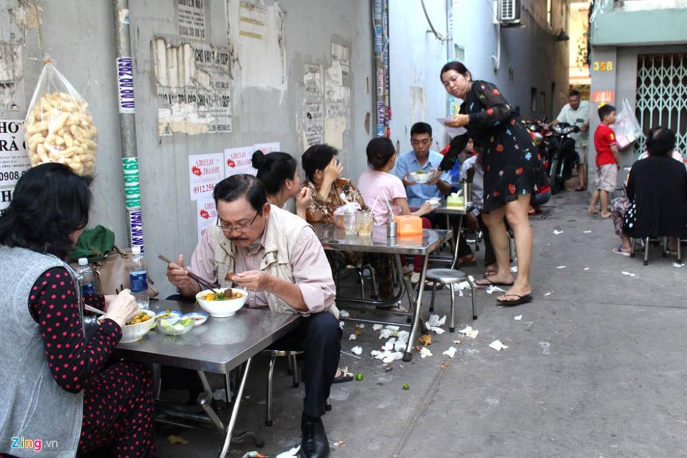 Phải ngồi ghế xúp lúp bên vỉa hè để ăn bánh canh nhưng nhiều người vẫn hài lòng về chất lượng tô bánh canh cua do bàn Loan bán.