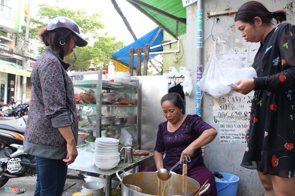 Bà Loan cho hay bán bánh canh cua đã 30 năm, lúc bà 27 tuổi, nên mọi bí quyết, kinh nghiệm đều được góp nhặt vào từng nguyên liệu của món ăn.