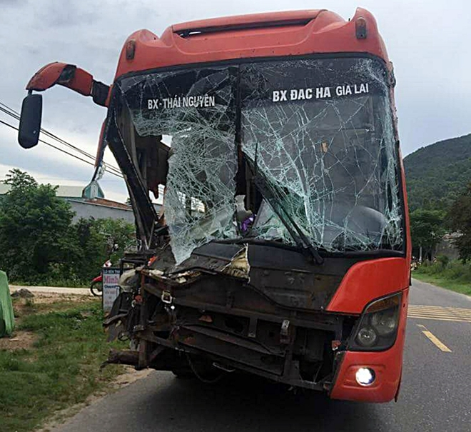 Đầu xe khách BKS 20B-002.99 hư hỏng nặng sau vụ va chạm liên hoàn.