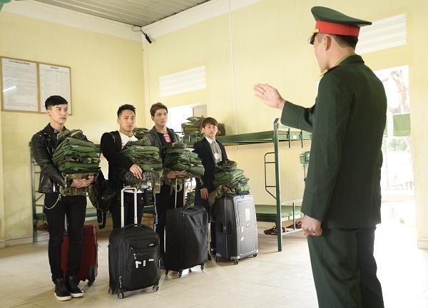 Bộ tứ tân binh nhận quân tư trang