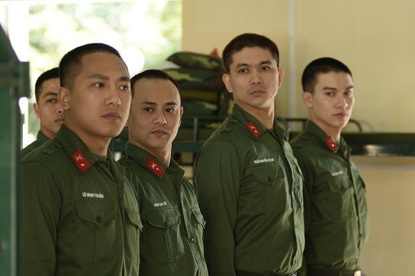Hình ảnh 4 chiến sĩ mới sau khi cắt tóc chuẩn 3 phân