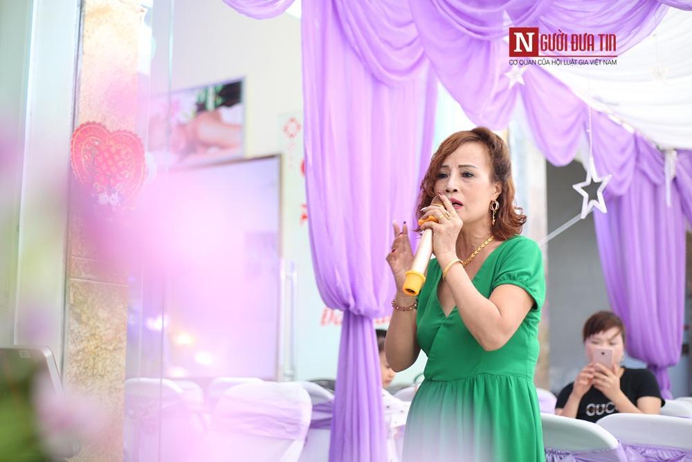 Cô dâu Thu Sao trổ tài ca hát trong đám cưới của mình.