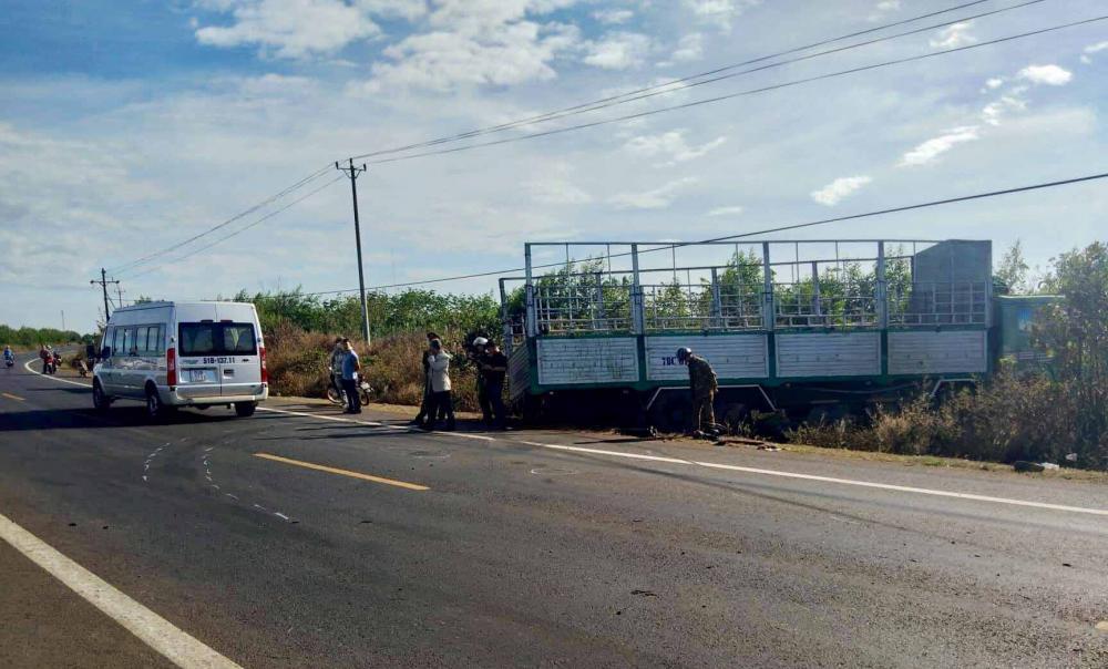 Chiếc xe tải bị gãy trục và mất lái dẫn đến tai nạn thư.ơng tâm. Ảnh: Văn Ngọc