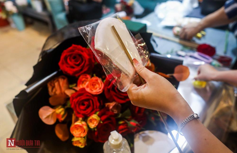 Vào thời điểm này, khẩu trang, nước rửa tay đã là các mặt hàng được quan tâm trong mùa dịch bệnh. Nắm bắt nhu cầu của thị trường, một cửa hàng hoa tại Hà Nội đã tung ra bó hoa đặc biệt mùa Valentine - được làm từ khẩu trang, nước rửa tay, cồn 90 độ kết hợp với các loại hoa tươi.