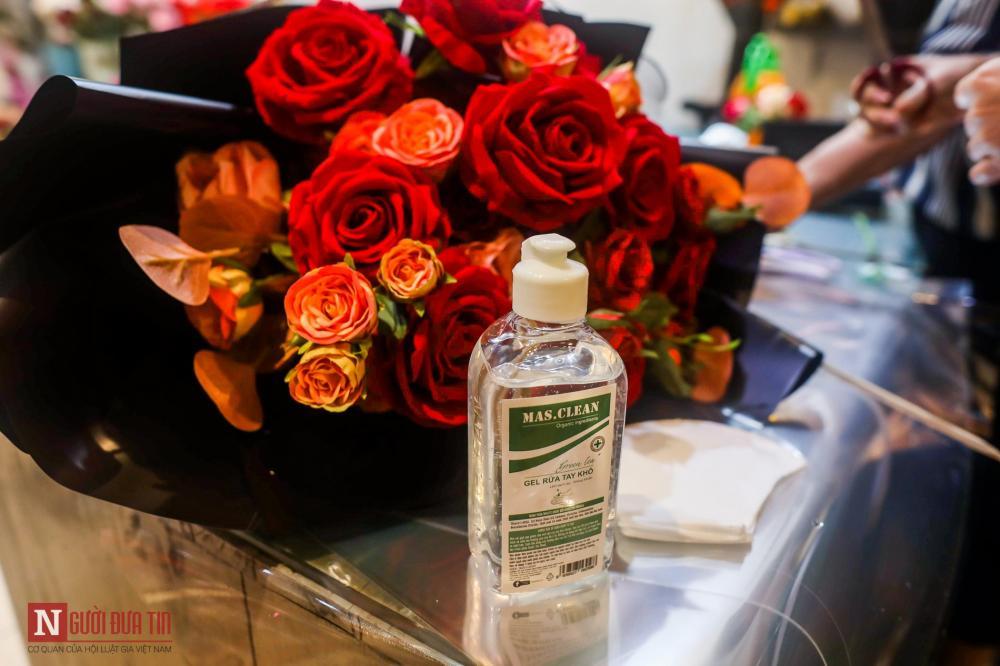Trước đó, chị Đặng Thu Phương – chủ cửa hàng hoa đã làm thử một bó hoa và đăng tải lên trang Facebook cá nhân và bất ngờ nhận được nhiều lời bình luận thích thú. Chị Phương ngay lập tức bắt tay vào làm và bán trong mùa Valentine năm nay.
