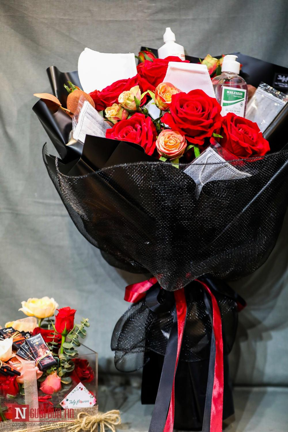 Tuy vậy, những bó hoa đính kèm khẩu trang hay nước xịt khuẩn chỉ được cửa hàng coi là 'làm cho vui'. Đây không phải mặt hàng chủ đạo bởi bó hoa kiểu này chỉ mới xuất hiện năm nay do có dịch bệnh. Người mua chủ yếu là đàn ông ưa thích sự khác biệt.