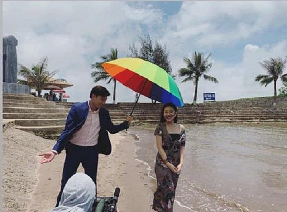 Vũ dẫn một cô gái lạ mặt đi du lịch biển