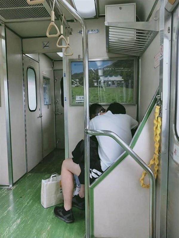 """Cặp đôi Đài Loan """"mây mưa"""" trên tàu bất chấp ánh nhìn ái ngại của mọi người. Ảnh: Facebook"""