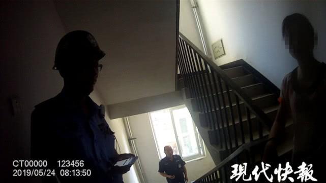 Cầu thang dẫn lên phòng trọ của Đường