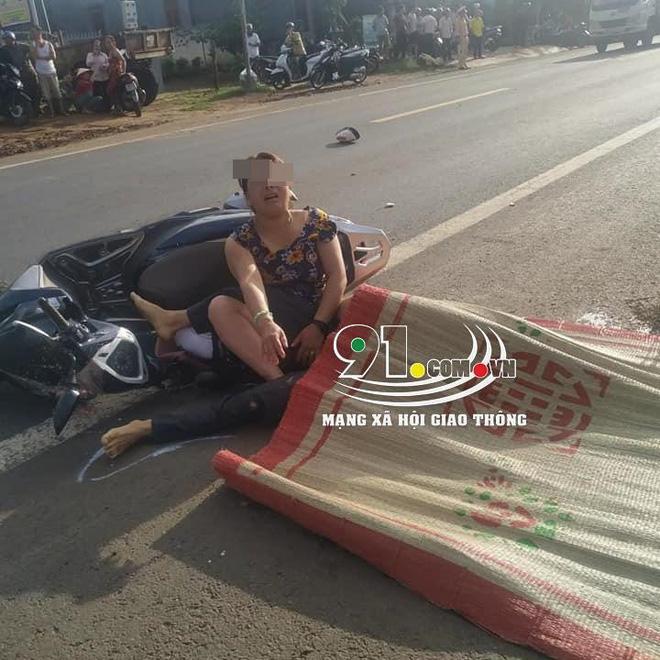 Người vợ đau đớn ôm thi thể của chồng