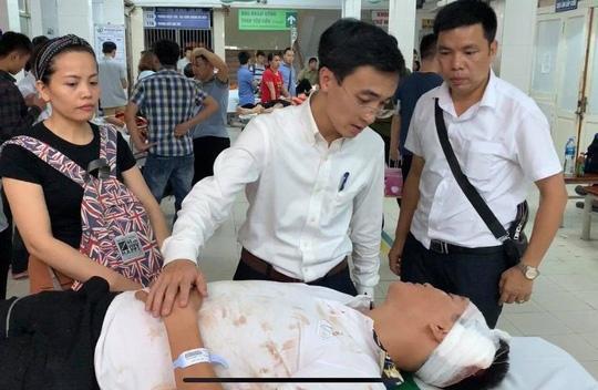 Ông Đào Phú Thùy Dương, Bí thư Thành đoàn Hải Phòng, túc trực ở bệnh viện để lo cho các nạn nhân