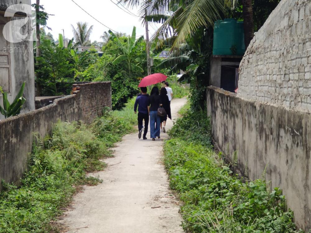 Con ngõ nhỏ dẫn vào nhà bà Huệ, nhiều bạn bè, đồng nghiệp của con trai bà (ca sĩ Châu Việt Cường) đến chia buồn.