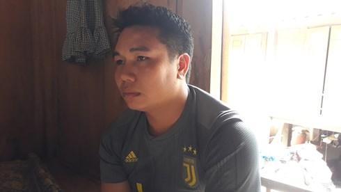 Đang đi làm xa nghe tin bố mẹ bị cuốn trôi mất tích anh Ngân Văn Thiên tức tốc bắt xe về quê.