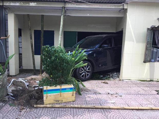 Chiếc ô tô t ông đổ tường nhà trong quá trình lùi (Ảnh: Facebook).