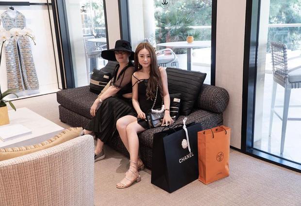 Cẩm Tú đi shopping cùng mẹ ở Las Vegas