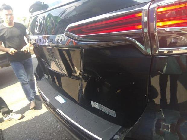 Xe ô tô do anh Khải điều khiển bị tông nhẹ gây móp méo - Ảnh: FB