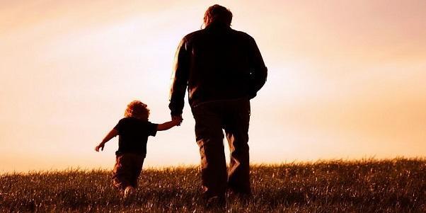 Dù con lớn cỡ nào, cha vẫn luôn là mái nhà che chở cuộc đời con.