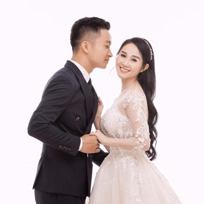 Ngọc Quyên diện váy cưới, mỉm cười hạnh phúc bên chú rể.