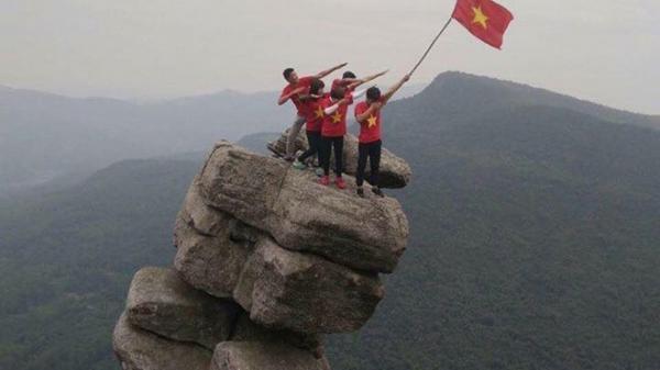 Núi Đá Chồng nằm ở tiểu khu 91, xã Bằng Cả, huyện Hoành Bồ