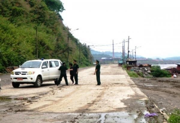 Bộ đội biên phòng Lào Cai tiếp nhận và đưa nạn nhân bị bán qua biên giới trở về đoàn tụ với gia đình
