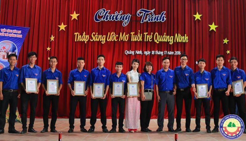 Sinh viên trường ĐHCN Quảng Ninh tham dự chương trình Thắp sáng ước mơ