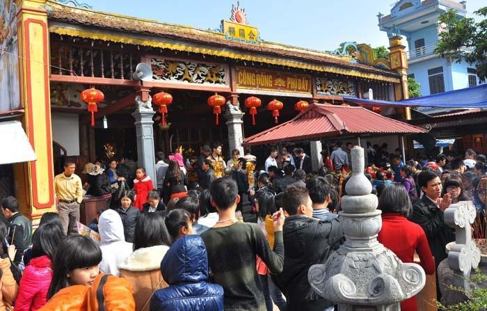 Du khách kéo về chùa Long Tiên ngày lễ, Tết