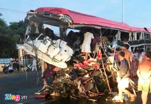 Người dân đang tìm nạn nhân trên xe khách để đưa đi cấp cứu