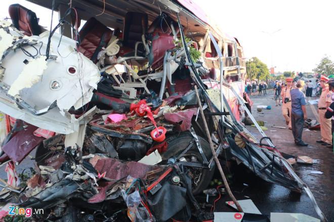 Phần đầu xe khách nát vụn sau khi va chạm với xe tải