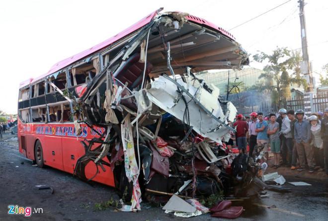 Người dân bàng hoàng bên xe khách biến dạng sau vụ tai nạn thảm khốc