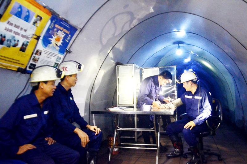 Trạm Y tế khu khai thác Thành Công ở độ sâu -220m so với mực nước biển của Công ty Than Hòn Gai.