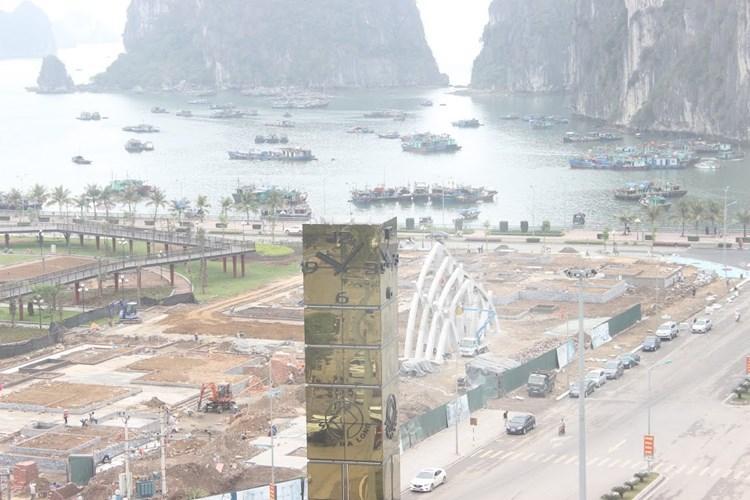 Theo quan sát, xung quanh cột đồng hồ 35 tỷ ở Hạ Long có 16 bảng đèn led hiển thị giờ của Việt Nam giúp người dân quan sát dễ dàng. Dưới chân là hệ thống hồ nước và 33 bậc đá để người dân có thể tới gần cột đồng hồ.