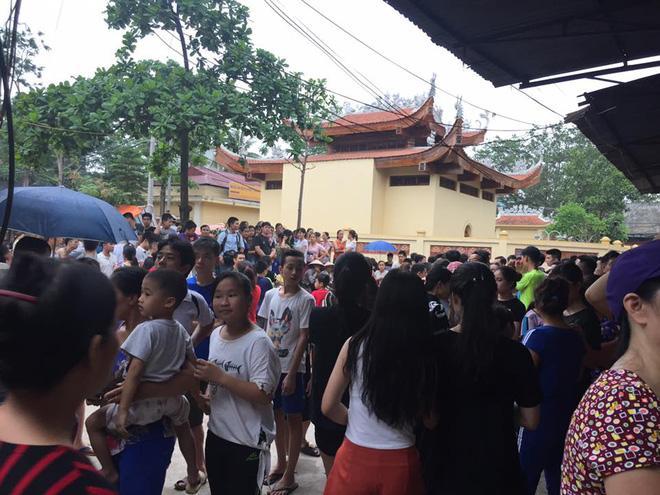 Hàng trăm người kéo đến theo dõi.