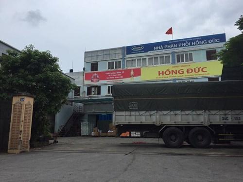 Dầu tràn từ trụ sở Công ty TNHH TM Hồng Đức...
