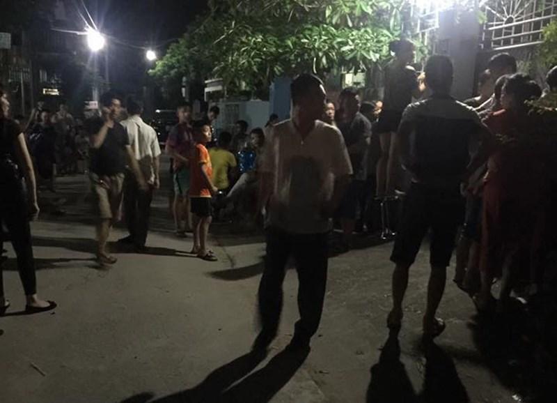 Người dân ở trước cửa nhà anh Thưởng