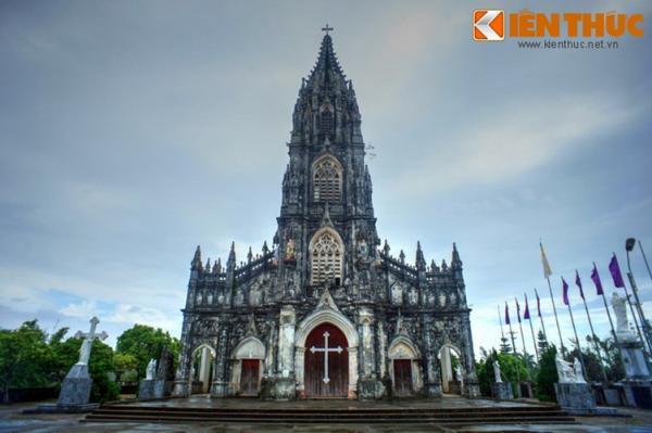 Nằm ở phường Trà Cổ, TP Móng Cái, tỉnh Quảng Ninh, nhà thờ Trà Cổ được mệnh danh là nhà thờ lớn và đẹp nhất vùng Đông Bắc nước ta.