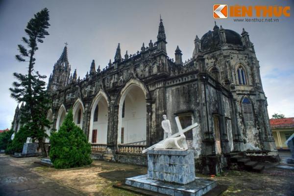 Năm 1880, nhà thờ bị hư hại, dột nát nhiều chỗ nên được xây cất mới bằng gạch đất, cột bằng gỗ, chạm trổ hoa lá để tạo sự trang nghiêm tôn kính.