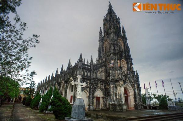 Về tổng thể, nhà thờ Trà Cổ dài 130m, rộng 30m, gồm 10 gian, có mái lợp bằng ngói Tàu, tường đắp bằng đá vôi trộn với vỏ sò, hến đập nhuyễn, nằm trong một khuôn viên rộng lớn.