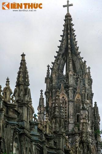 Điểm nhấn của nhà thờ là một tháp chuông cao 30m, mất 2 năm để xây dựng. Trên tháp chuông có quả chuông được đúc khoảng năm 1927.