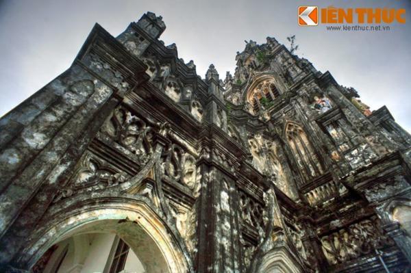 Trên các bức tường của nhà thờ được bài trí hàng trăm bức phù điêu chạm khắc tinh xảo, mang lại vẻ đẹp cổ kính, nguy nga.