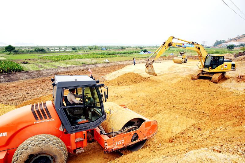 Nhà thầu đang tổ chức đào bóc hữu cơ và đắp, lu lèn nền đường Dự án Mở rộng QL18 đoạn từ nút giao Minh Khai đến đường Hoàng Quốc Việt, TP Hạ Long.