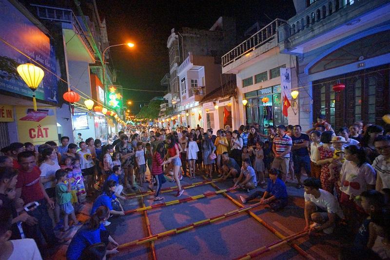 Các trò chơi dân gian được tái hiện trên tuyến phố đi bộ