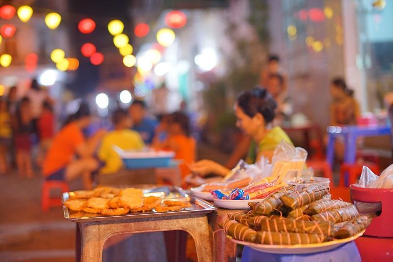 Khu phố ẩm thực với các món ăn truyền thống và các món ăn đường phố