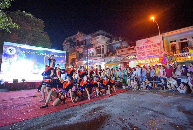 Khu vực tổ chức lễ khai trương thu hút đông đảo nhân dân và du khách tham gia