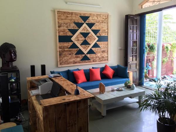 Phòng khách khá rộng dành cho những buổi họp nhóm bạn (Nguồn: Booking.vn)