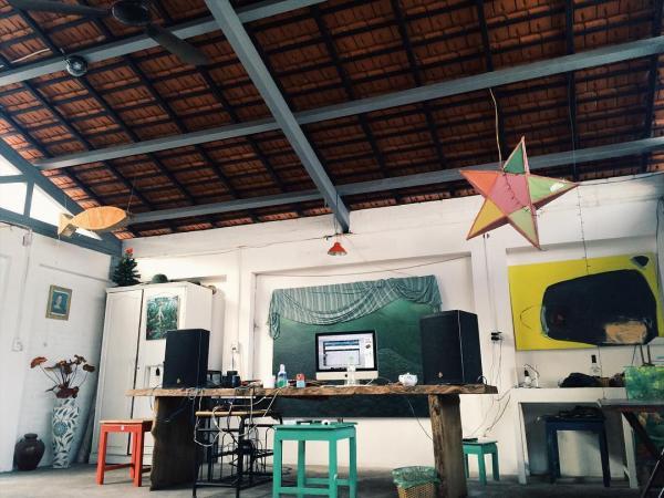 Không gian phòng khách thiết kế theo hơi hướng cổ điển (Nguồn: Tripnow.vn)