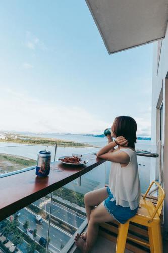 Từ ban công bạn có thể ngắm nhìn Hạ Long thu nhỏ (Nguồn: Momento Ha Long - The Bay View)