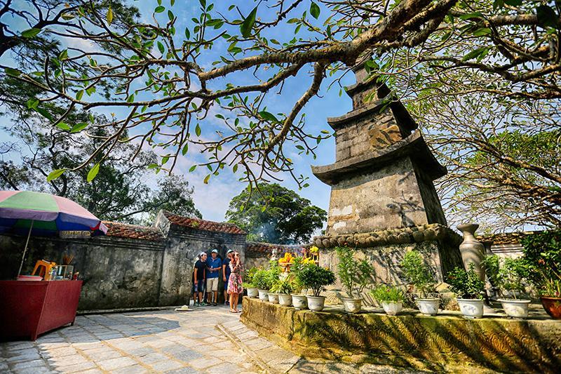 Thắp những nén hương thành tâm hướng về đất Phật, ta cảm nhận được sự bình yên, thanh thản đến lạ thường.