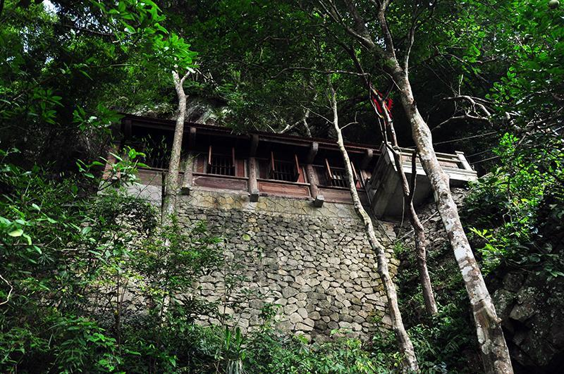 Thỏa sức khám phá, ngắm nhìn những ngôi chùa cổ nằm cheo leo trên vách núi.